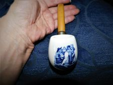 TROOST TOBACCO DELFT DUTCH PIPE BUTTERSCOTCH STEM HUMOROUS MAN IN STOCKS SMOKING